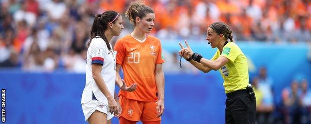 Stephanie Frappart, 2019 Kadınlar Dünya Kupası finalinde Amerikalı ve Hollandalı oyuncularla konuşuyor