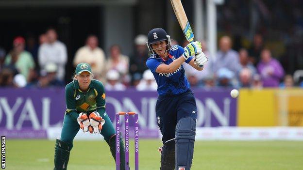 Charlotte Edwards bats as Alyssa Healy keeps wicket