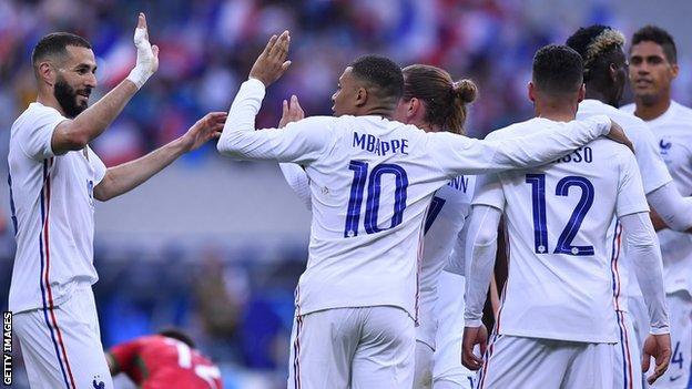 Benzema celebrates with Mbappe