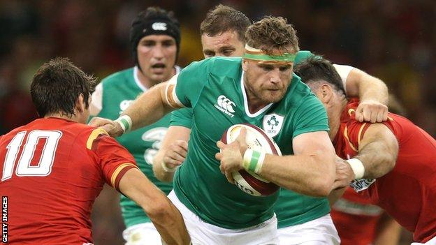 Ireland's Jamie Heaslip (centre) takes on Wales' James Hook (left) and Mike Phillips (right)