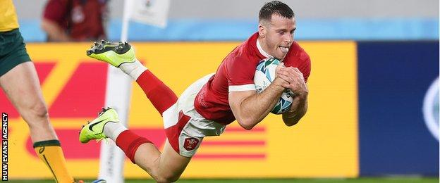 Gareth Davies dives over