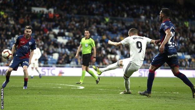 Karim Benzema scores