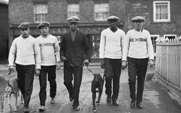 Johnson, centre, pictured with his father and manager Bill (second from right) in Manchester, December 1926