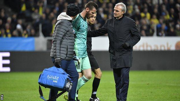 David de Gea limps off injured