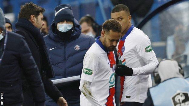 Le manager du PSG Mauricio Pochettino (à gauche), Neymar (au centre) et Kylian Mbappe