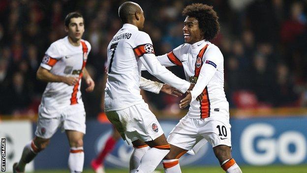 Fernandinho and Willian celebrate