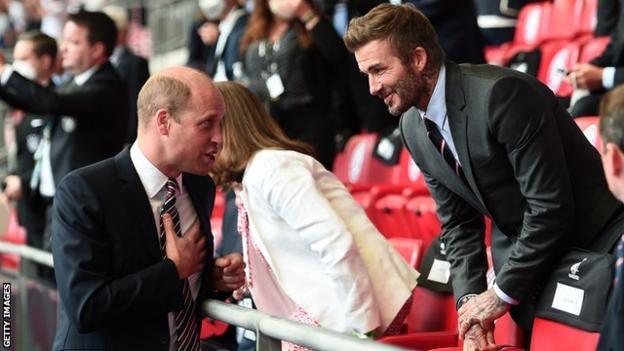 Il Duca di Cambridge parla con l'ex calciatore inglese David Beckham a Wembley