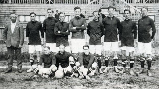 Fred Spiksley with the Sweden national team