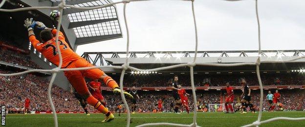 Philippe Coutinho scores