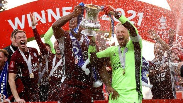 Kasper Schmeichel and Wes Morgan lifting the trophy