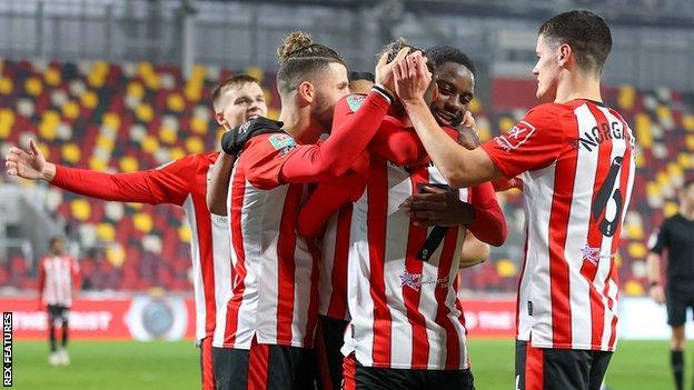 Brentford oyuncuları, Carabao Kupası'nın çeyrek finalinde Newcastle United'a karşı gol attıktan sonra kutladılar.