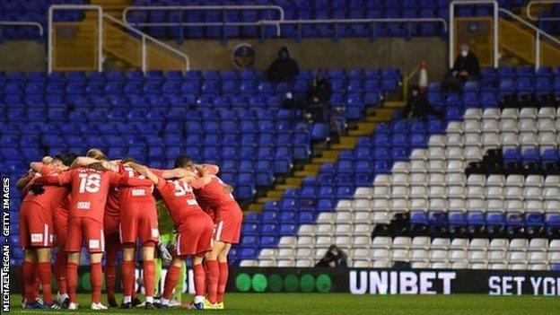 Deplasman takımı olarak Birmingham City, tamamen kırmızı değişim şeritleri için geleneksel kraliyet mavisini terk etmek zorunda kaldı.