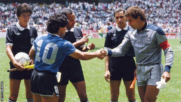 Diego Maradona ve Peter Shilton