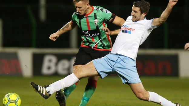 Glentoran defender Tre Sterling battles for the ball with United midfielder Gary Thompson in the Oval draw