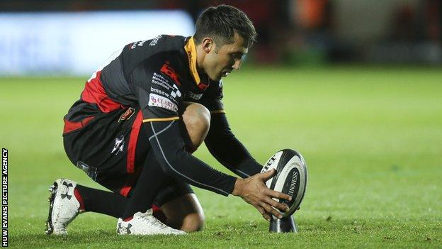 Dragons fly-half Gavin Henson kicked 11 points to keep the Welsh side ahead