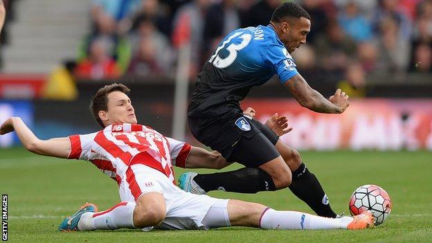 Callum Wilson tackled by Philipp Wollscheid
