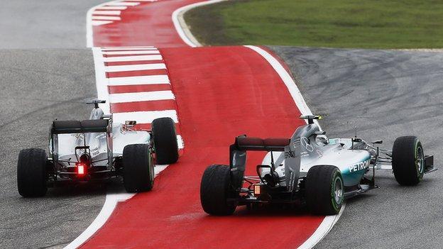Hamilton passes Rosberg at the 2015 US GP
