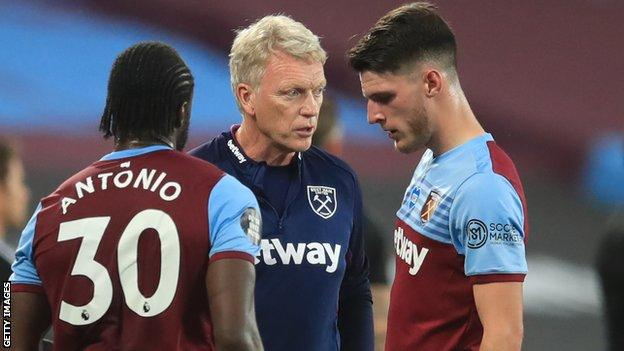 David Moyes (centre) talks with Declan Rice (right) and Michail Antonio