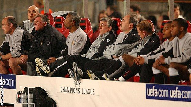 Quinton Fortune in the dugout with Sir Alex Ferguson