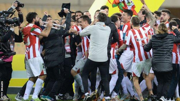 Asier Filiber toca la trompeta mientras el Athletic de Bilbao celebra tras vencer al Barcelona
