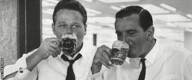 Graveney, right, has a beer with Len Coldwell after returning from a world tour in 1965