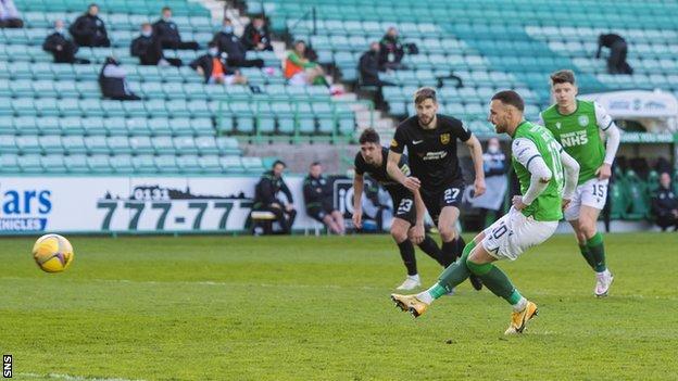 Martin Boyle scores