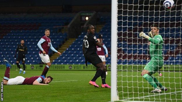 Michail Antonio scores his second goal