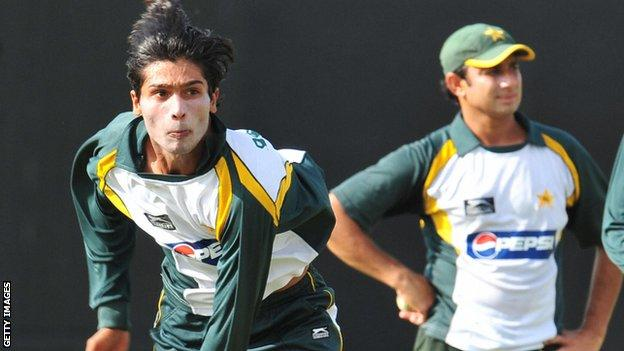 Mohammad Amir and Saeed Ajmal (background)