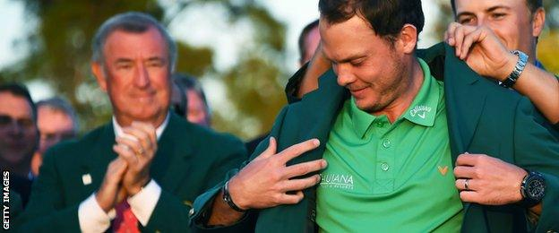 Jordan Spieth hands Danny Willett the green jacket