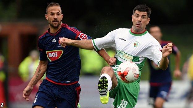 Videoton's Andras Fejes (left) and The New Saints' Mike Wilde battle for the ball