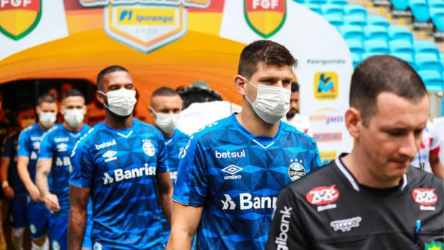 Gremio players with masks