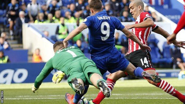 Oriol Romeu (right) tackles Jamie Vardy