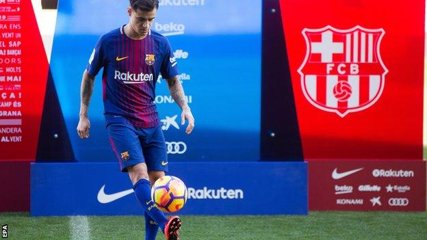 Philippe Coutinho performing keepy-uppies in front of Barcelona fans