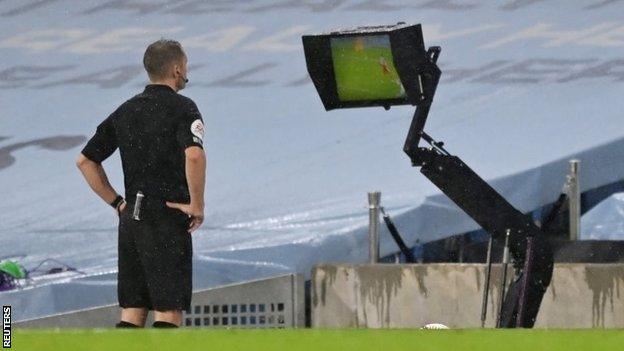 El árbitro Craig Bowson mira el monitor del VAR