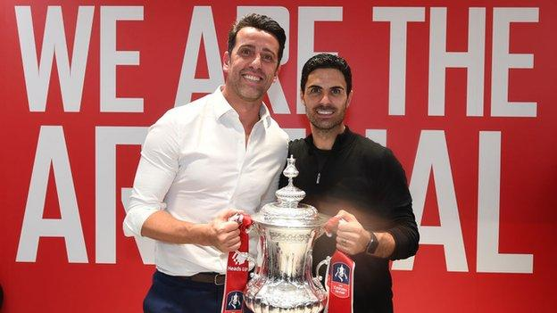 Edu avec Mikel Arteta après la victoire d'Arsenal en FA Cup en août