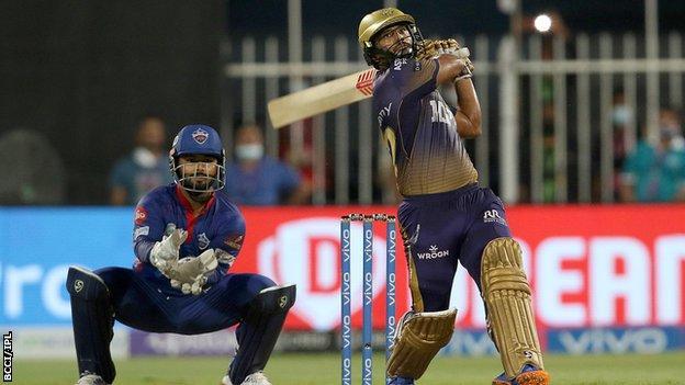 कोलकाता नाइट राइडर्स के राहुल त्रिपाठी ने आईपीएल क्वालीफायर 2 में दिल्ली कैपिटल्स के खिलाफ छक्का लगाया