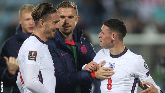 """Inghilterra""""Jack Grealish, Jordan Henderson e Phil Foden festeggiano dopo la partita"""