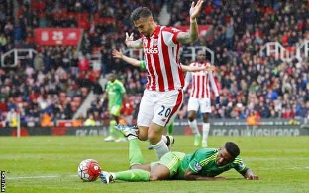 Geoff Cameron fouls Jermain Defoe for Sunderland's penalty