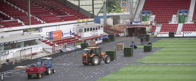 The Scottish Premier League ordered Dunfermline to replace their controversial plastic pitch in 2005