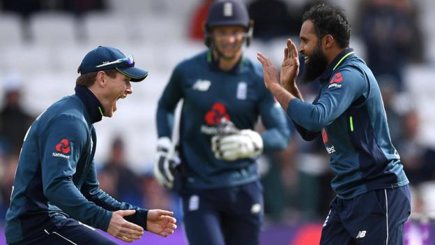 England v Pakistan: Chris Woakes takes five wickets as hosts seal 4-0 series win thumbnail