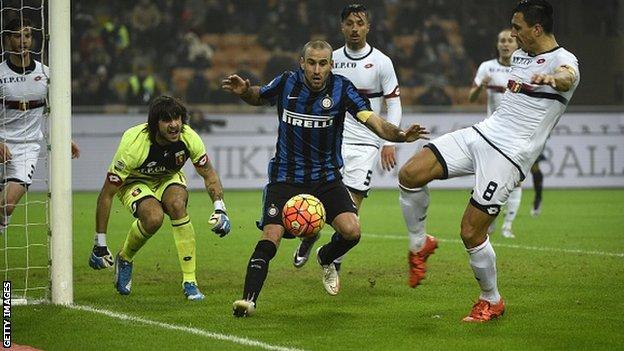 Genoa's defender Nicolas Burdisso (right) fights for the ball with Inter Milan's forward Rodrigo Palacio