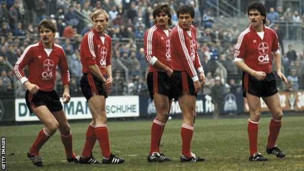 (GERMANY OUT) football, Bundesliga, 1984/1985, Stadium am Boekelberg, Borussia Moenchengladbach versus Bayer 04 Leverkusen 1:1, scene of the match, free kick, players wall, f.l.t.r. Juergen Gelsdorf (Bayer), Anders Giske (Bayer), Falko Goetz (Bayer), Rudolf Woitowicz (Bayer), Dirk Schlegel (Bayer) (Photo by Werner OTTO/ullstein bild via Getty Images)
