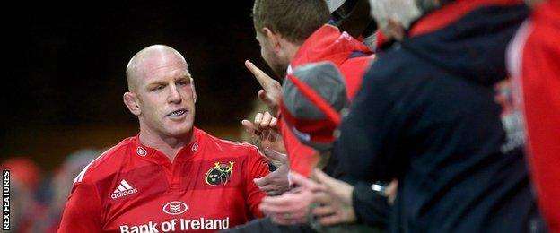 Paul O'Connell celebrates with Munster fans