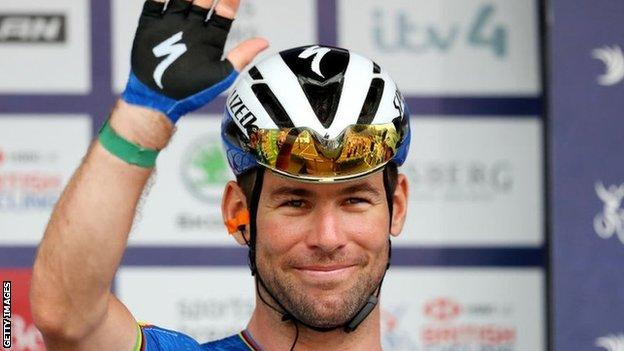 Mark Cavendish waves on the podium