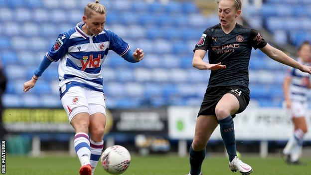 Jess Fishlock in action for Reading Women