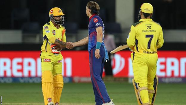 टॉम कुरेन सीएसके बल्लेबाजों के साथ हाथ मिलाते हुए