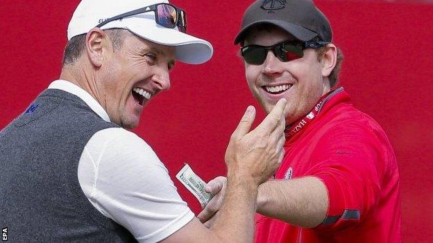 Justin rose hands over $100 to American fan