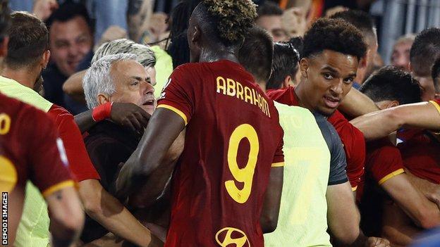 Jose Mourinho celebrates with Roma players.