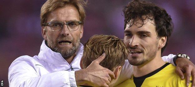 Klopp consoles Dortmund's players