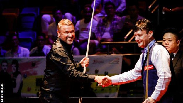 Stephen Hendry (left) and Jimmy White (right) shake hands at a masters snooker event